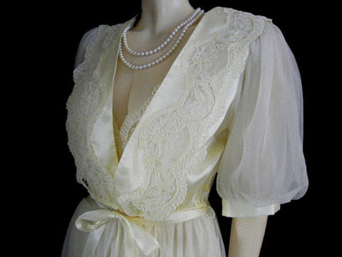 GORGEOUS VINTAGE VICTORIA'S SECRET BRIDAL TROUSSEAU EMBROIDERED CHANTILLY LACE & GLEAMING SATIN PEIGNOIR & NIGHTGOWN SET IN CHAMPAGNE BUBBLES