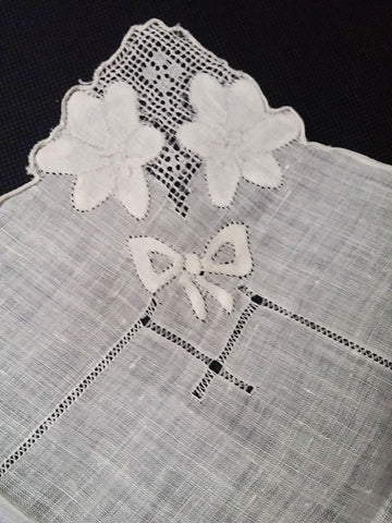 VINTAGE DRAWN THREAD WORK CRISP HANDKERCHIEF WITH APPLIQUES & BOWS