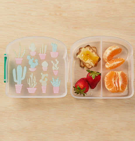 The divider inside will separate your food to avoid mishaps.