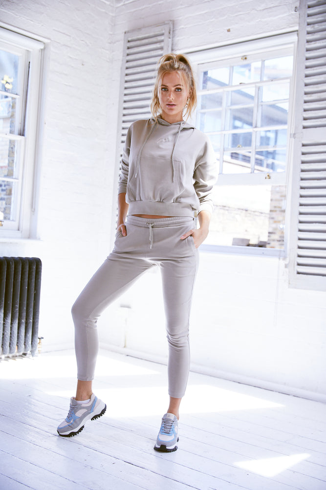 Load image into Gallery viewer, Women's Stone Signature Logo Slim Fit Joggers - P r é v u . S t u d i o .