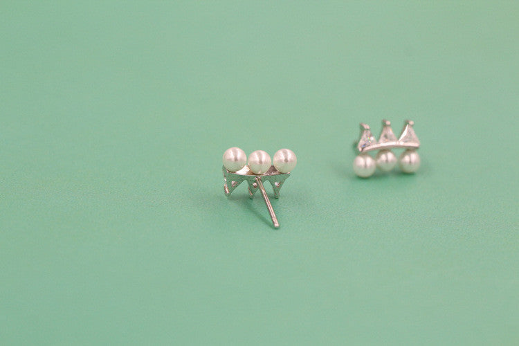 Crown shaped pearl earrings