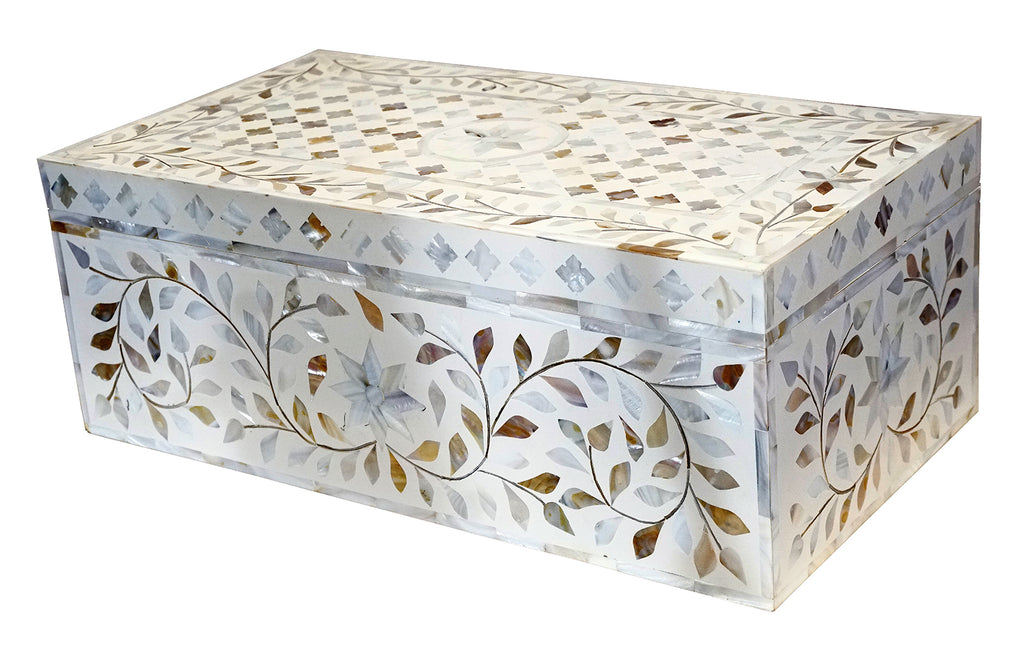 White mother of pearl box//Boîte en nacre blanche