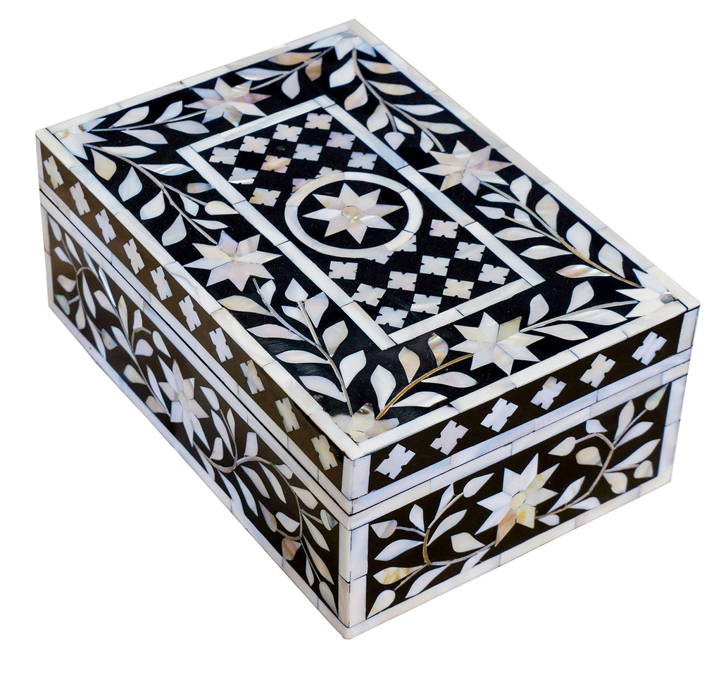 Black mother of pearl box//Boîte en nacre noire