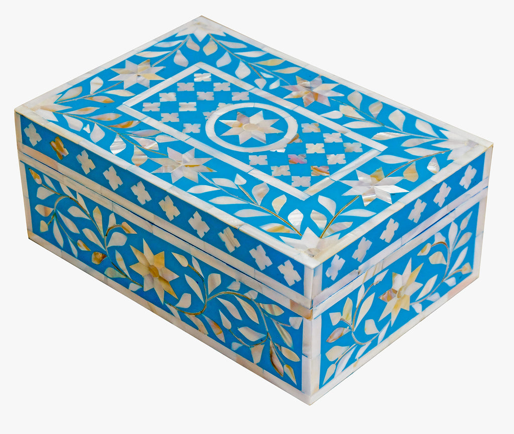 Turquoise mother of pearl box//Boîte en nacre turquoise