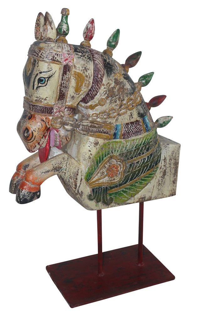 [[Large horse head sculpture on a stand///Grande sculpture de tête de cheval sur pied]]