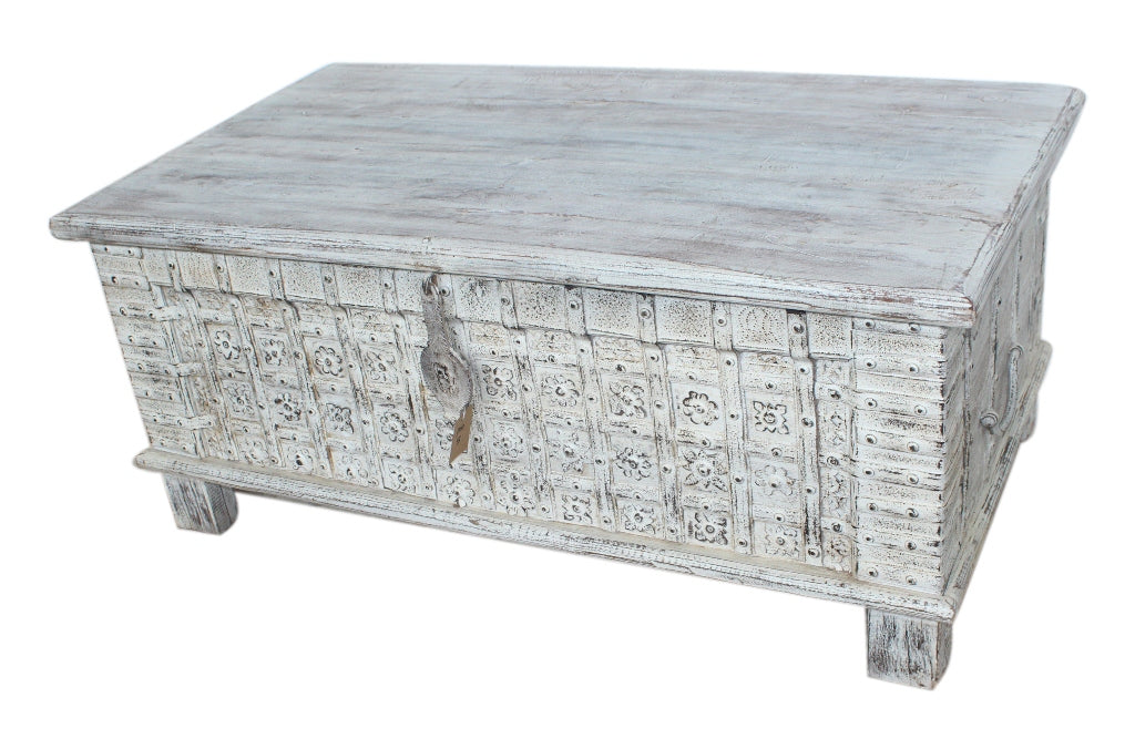 [[Whitewashed chest with brass decoration///Coffret laiton blanchi à décor laiton]]