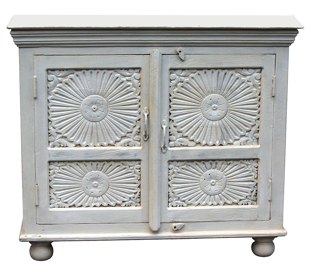 [[Whitewashed vintage cabinet with decorative doors///Armoire ancienne blanchie à la chaux avec portes décoratives]]