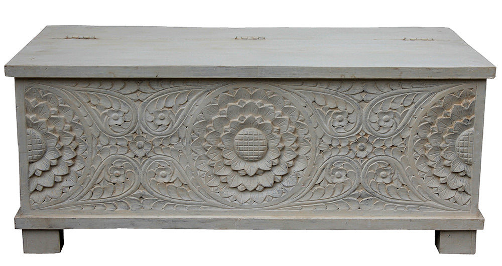 [[Whitewashed wooden chest with ornamental carving///Coffre en bois blanchi à la chaux avec sculpture décorative]]