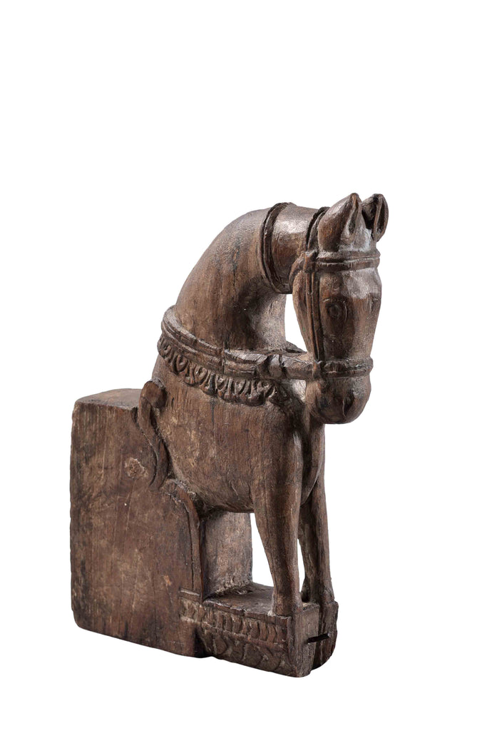 Old horse sculpture on a stand//Ancienne sculpture de cheval sur son support