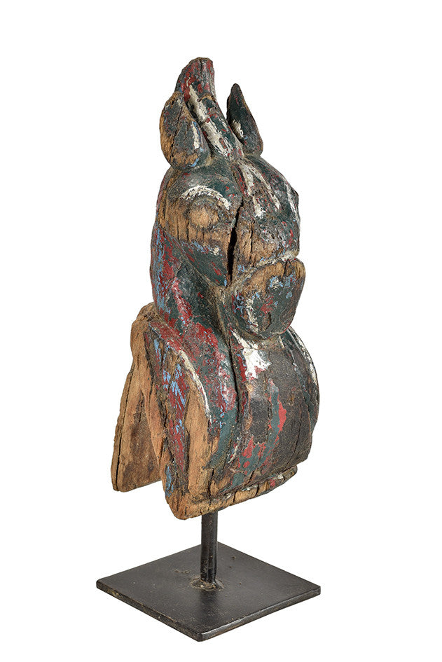 Wonders of the past: Horse head sculpture on stand//Merveilles du passé: sculpture de tête de cheval sur pied