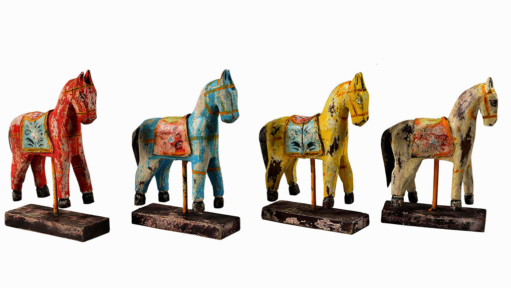 Colorful horse on stand, medium// Cheval coloré sur pied, moyen