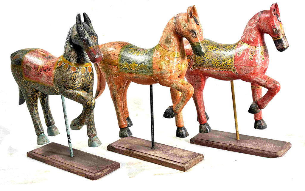 Floral horse sculpture on stand//Cheval de bois sur le stand