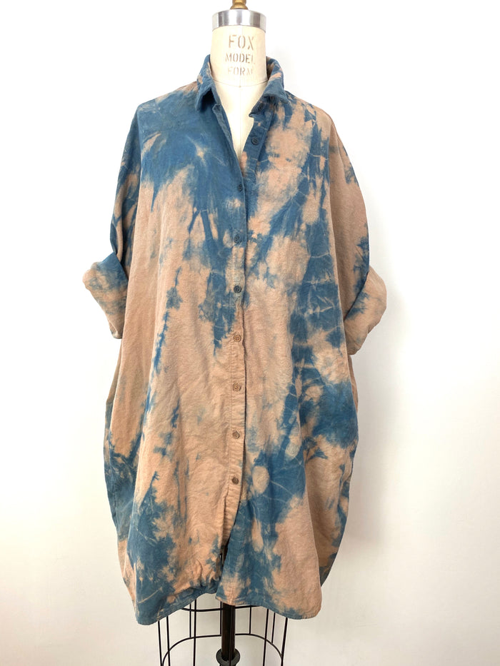 This is an organic cozy cotton flannel Smock Top for women by Modern Shibori. It's hand dyed with botanical dyes using walnuts indigo and shibori techniques.