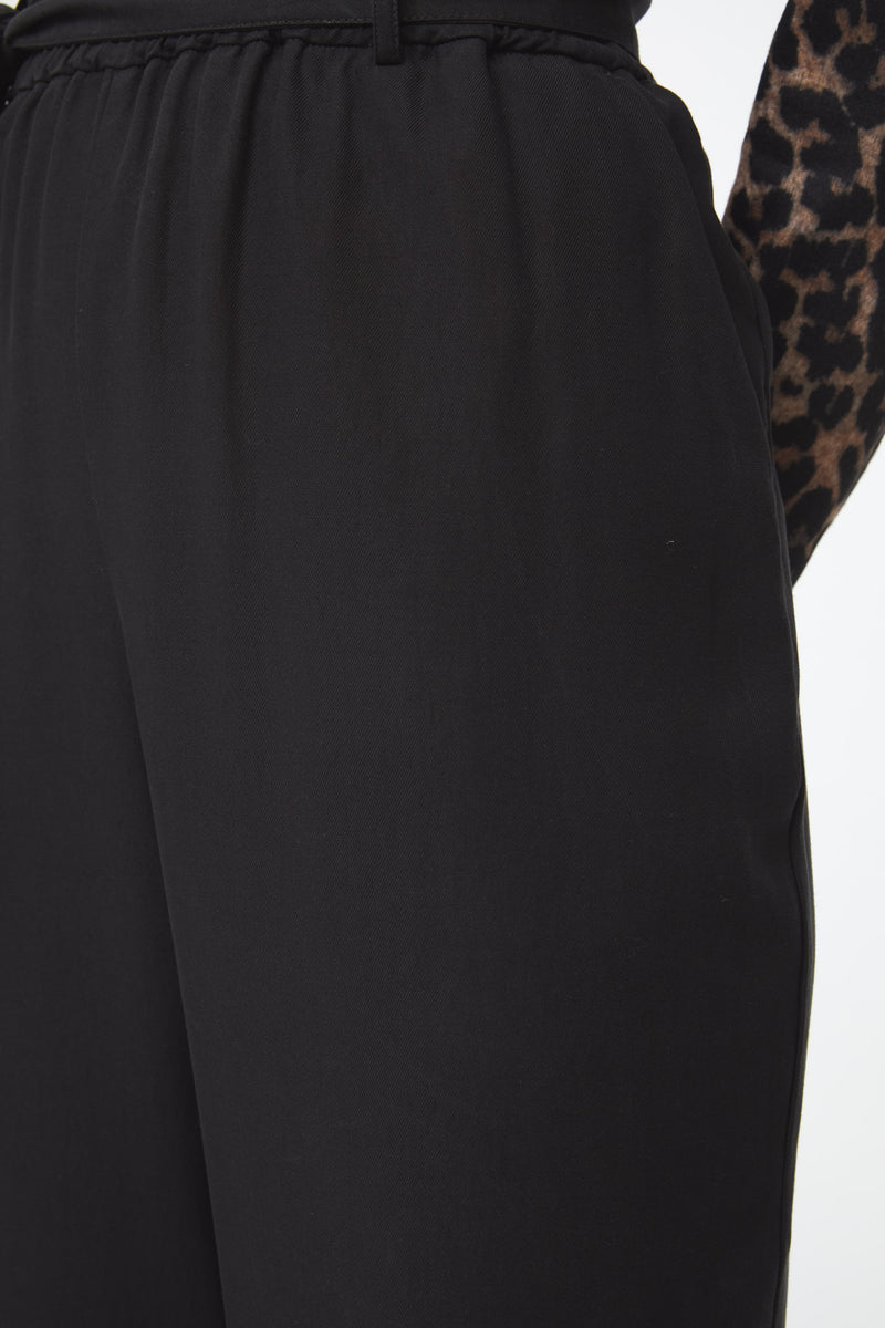 black tencel pants with an elastic waistband details