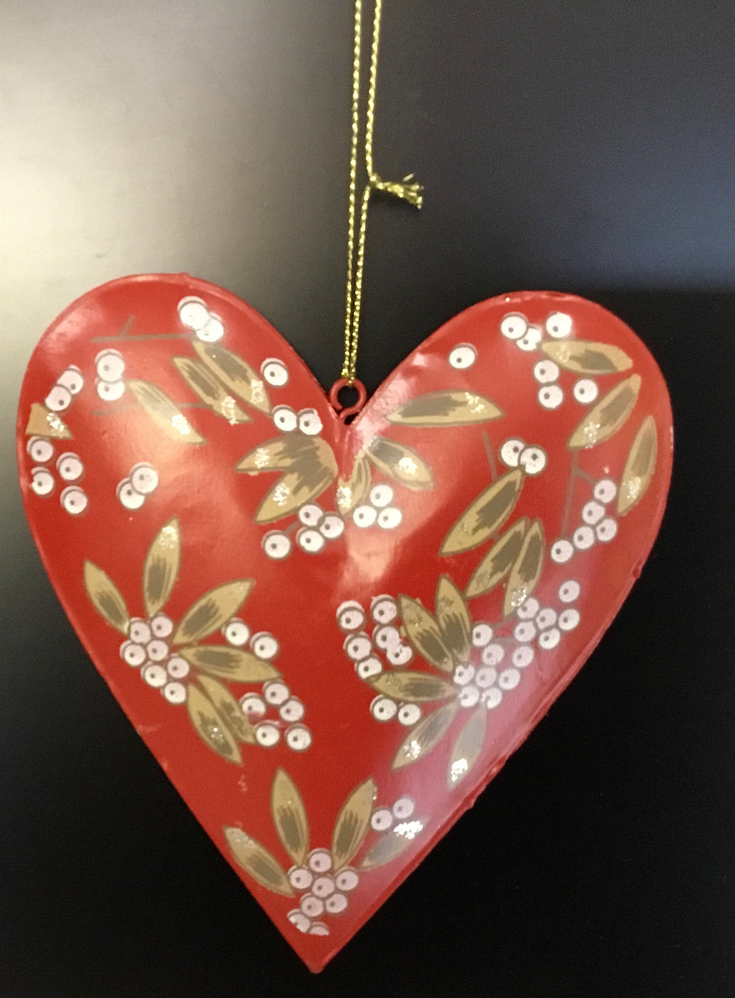 Red tin heart with mistletoe pattern 14cm