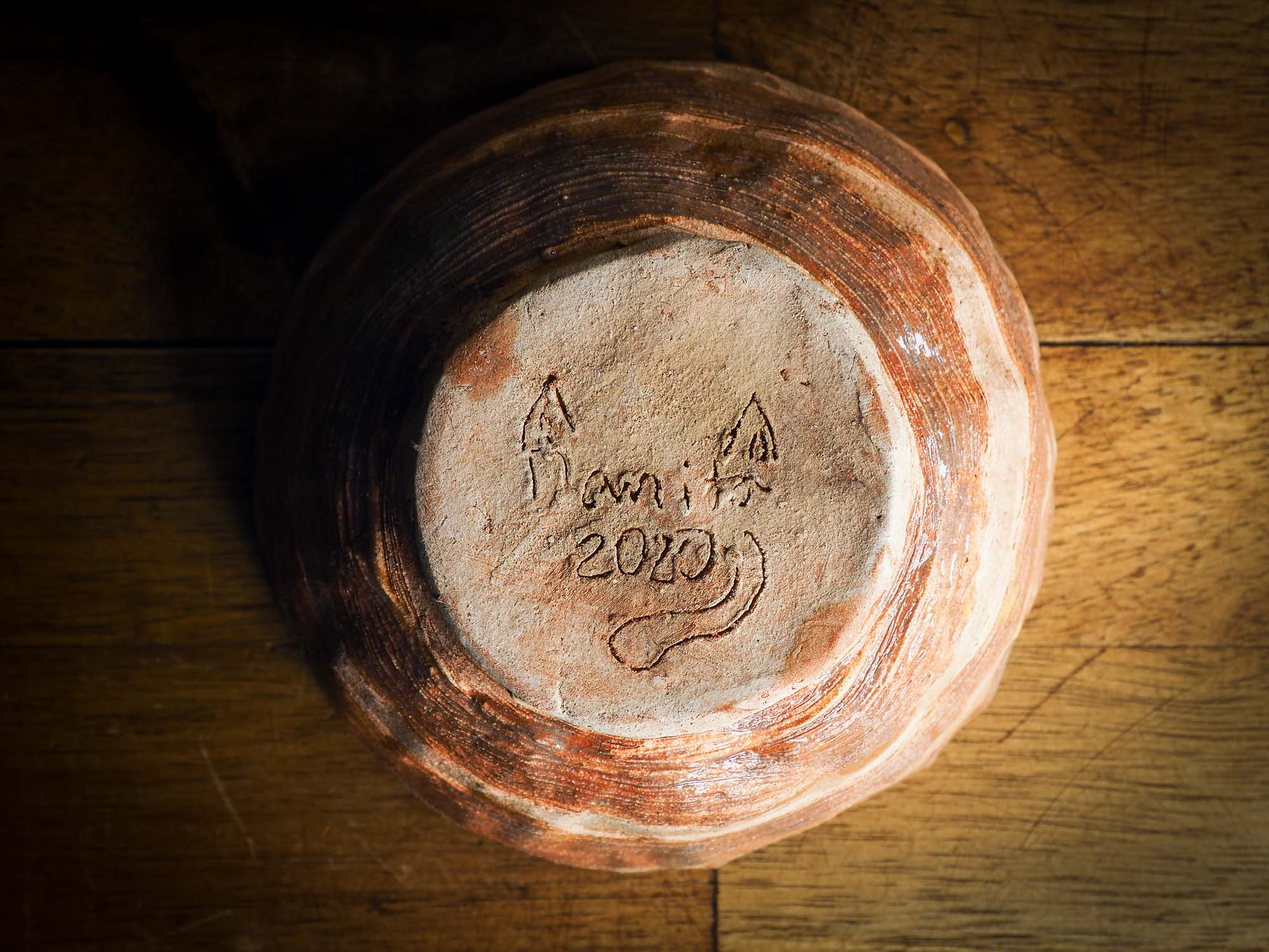 An original Idania Salcido Danita Art pinched ceramic white cat pet food bowl. Handmade from locally foraged clay, this glazed ceramics one of a kind artwork is perfect for any kitchen plate and bowls unique collection. A hand made white cat waits for you at the bottom of this brown pet food bowl.