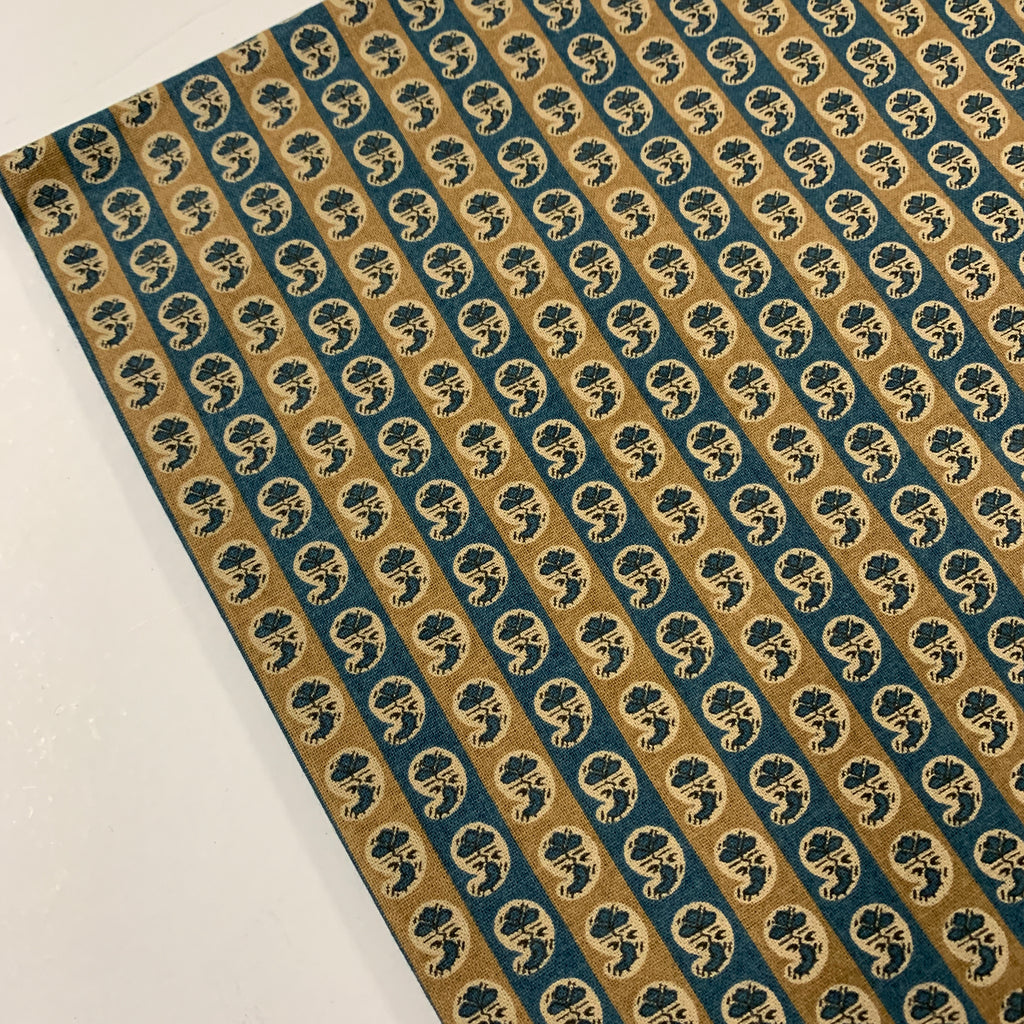 1.5m LEFT: Modern 1930s reproduction quilt cotton tiny paisley in tan and blue FQ+