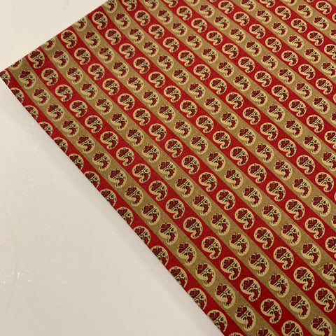 LESS THAN 2.5m LEFT: Modern 1930s reproduction quilt cotton tiny paisley in tan and red FQ+