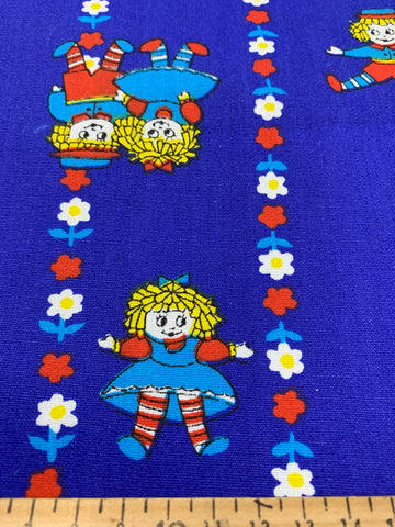 1.5m LEFT: Novelty 1970s playing dolls with lines of daisies on blue