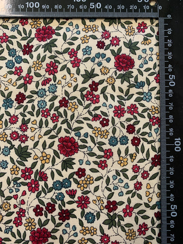 MODERN REMNANT: Pretty country floral modern quilt cotton 60cm x 35cm
