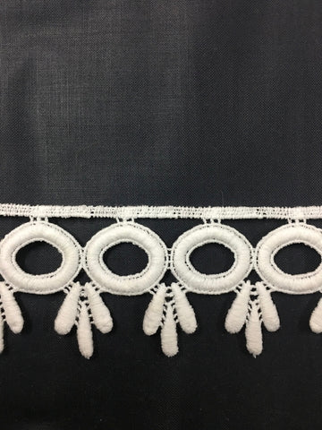 1960s ? cotton woven white trim with leaf drops 5cm high 1m+