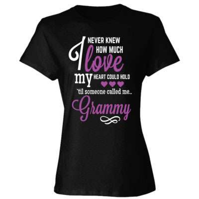 I NEVER KNEW HOW MUCH LOVE MY HEART COULD HOLD TIL SOMEONE CALLED ME GRAMMY PURPLE PRINT - Ladies' Cotton T-Shirt