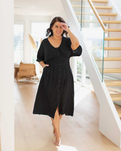 The ultimate black breastfeeding friendly dress for summer | Moolk