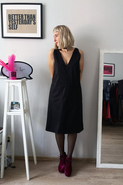 Elegant, Sexy und Fun Black V Neck and Back Straight Dress for All Life Occasions