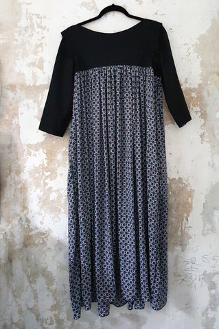 3/4 Sleeve Flowy Black and White Patterned Middle Lenght Dress without a Ruffle