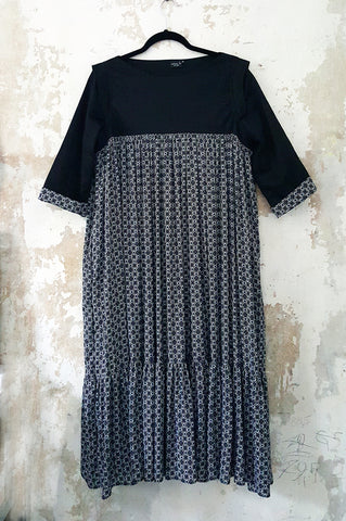 3/4 Sleeve Flowy Black and White Patterned Middle Lenght Dress with a Ruffle