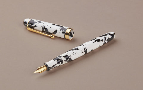 Ohnishi Seisakusho Black and White Celluloid Fountain Pen
