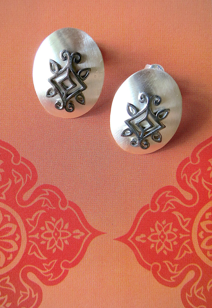 Chic minimalist ear studs with mehndi inspired black rhodium plated detailing (PBS-4745-ER) - Lai - 1