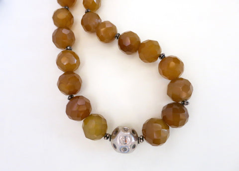 Graceful, round facetted yellow agate beads necklace with a dimpled silver bead detailing in center (PBE-1073-N)
