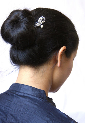 Graceful swan bun stick with a dangling pearl (PB-1012-HO)