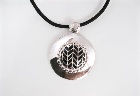 Super chic, round pendant with fine black enamel work center
