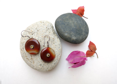 Simple, chic, maroon banded agate dangling earrings set with facetted citrine in center (PBE-1047-ER)