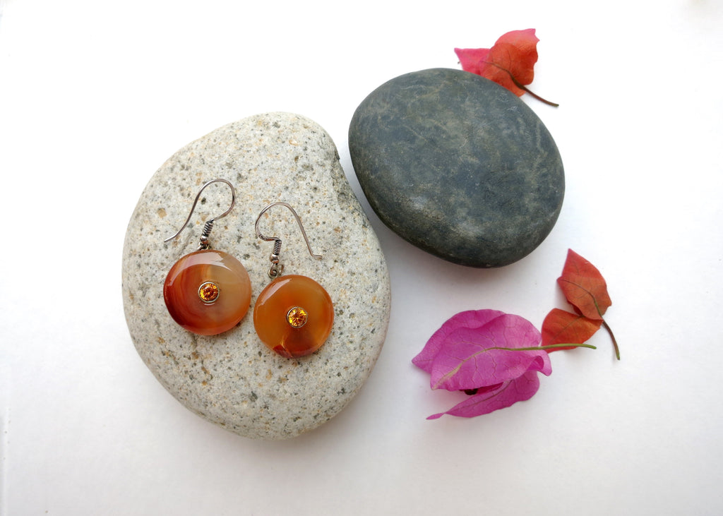 Simple, chic, orange banded agate dangling earrings set with facetted semi precious stone in center (PBE-1046-ER)