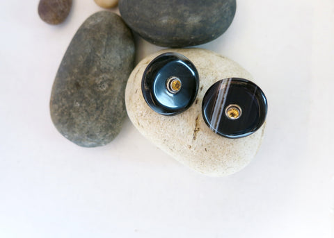 Minimalist, chic, blackish-brown banded agate dangling earrings set with facetted citrine in center (PBE-1044-ER)