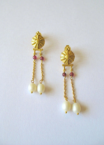 Graceful, Hellenic, dangling chains and pearls gold-plated earrings