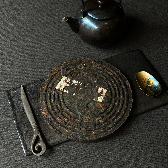 China: Yin Yang Iron Cake 1993 Sheng Puerh