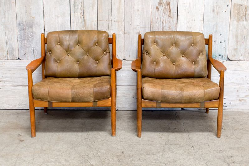 PAIR OF VINTAGE MIDCENTURY LEATHER CHAIRS W/ WOOD BASE