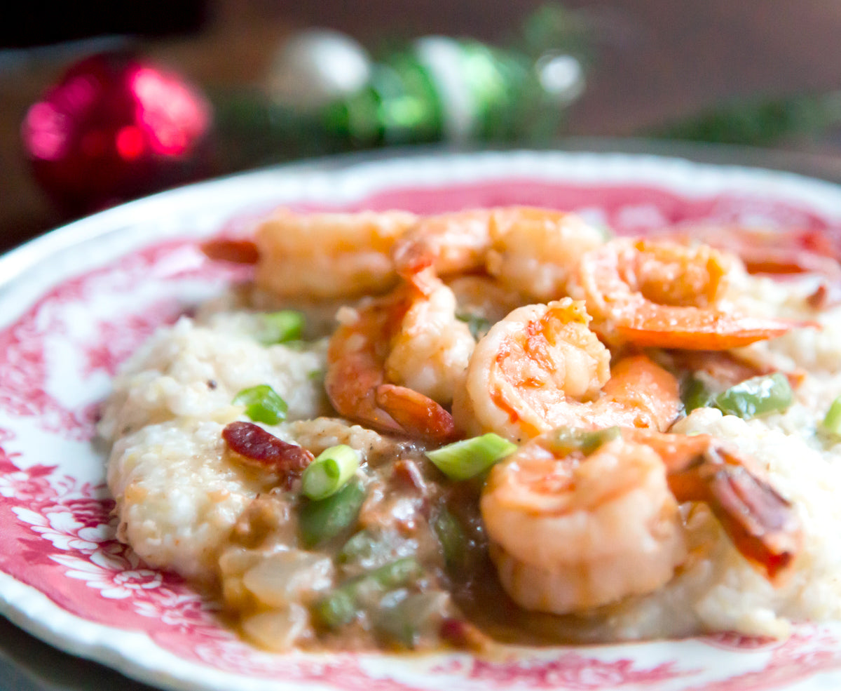 charleston-shrimp-and-grits-closeup-plate-on-holiday-table
