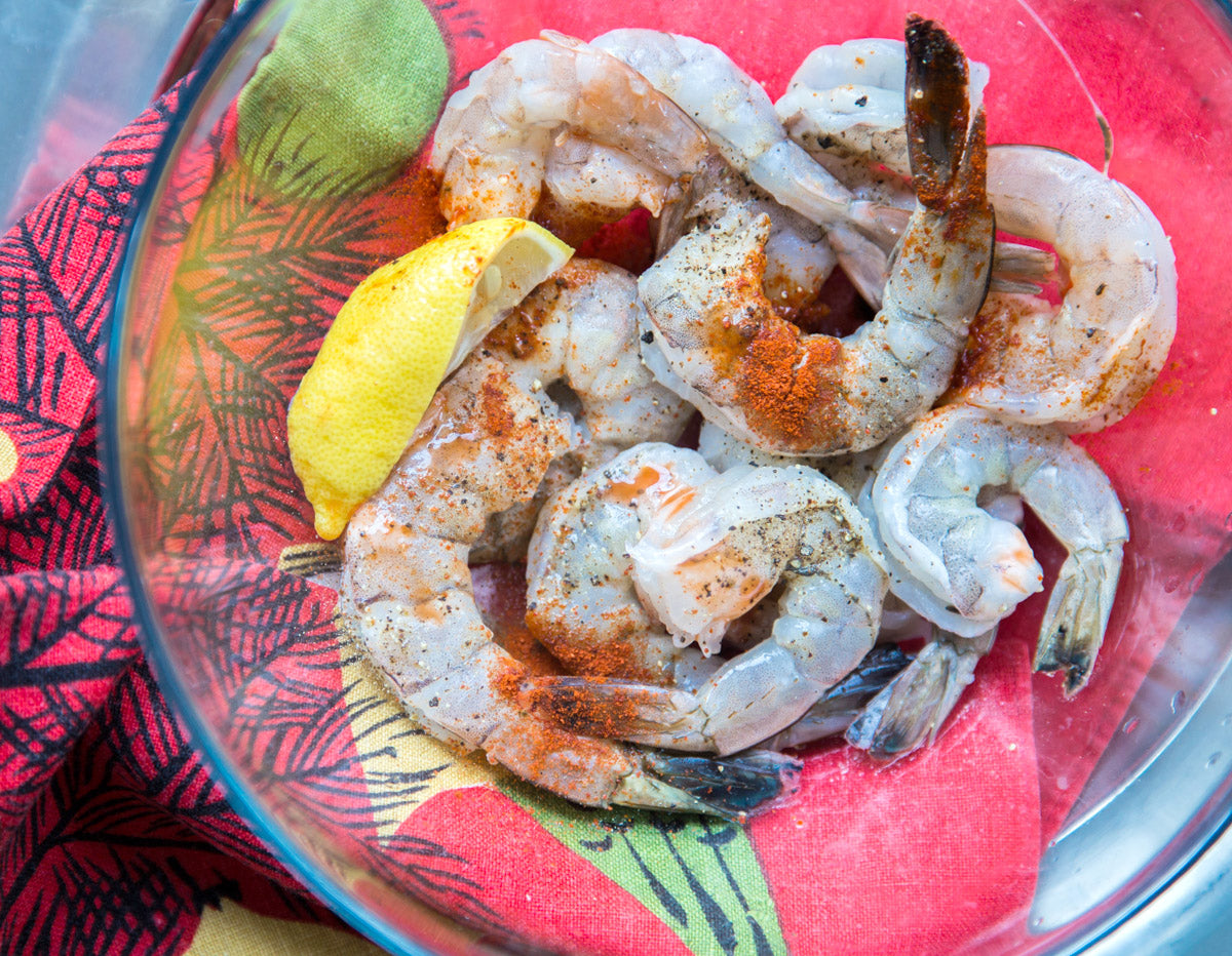 charleston-shrimp-and-grits-marinating-fresh-shrimp-with-spices