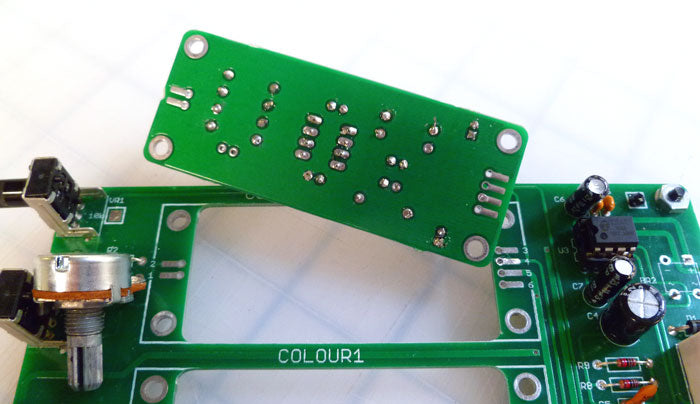 The spacer- and connector-less colour mounting approach.