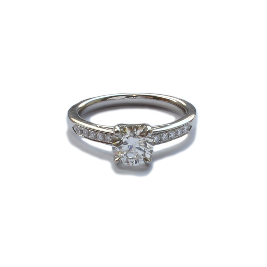 A platinum, single stone, brilliant cut diamond ring wth diamond shoulders 1.00cts