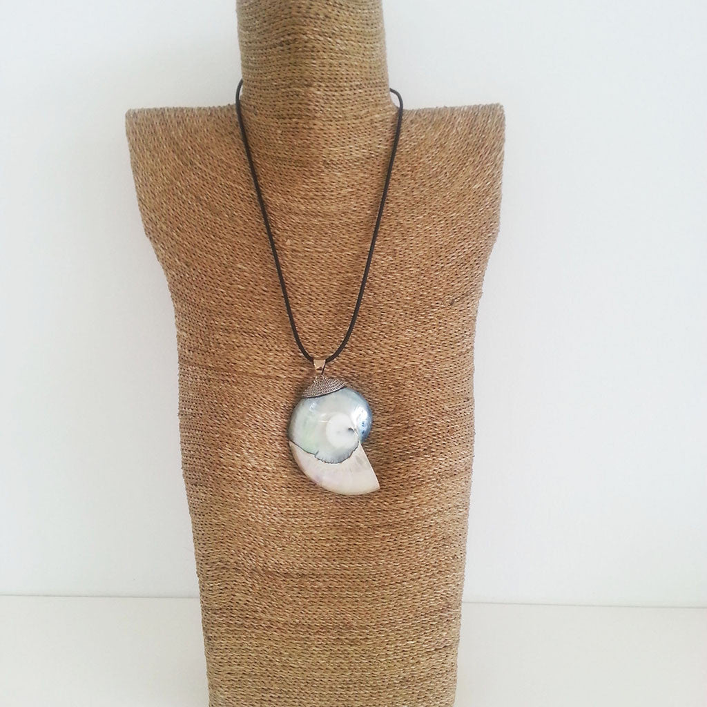 Mother of Pearl/925 sterling silver/resin nautilus shell necklace