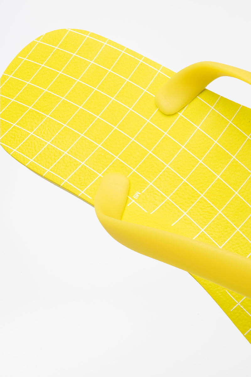 Men's comfy flip flops in yellow and white grid print