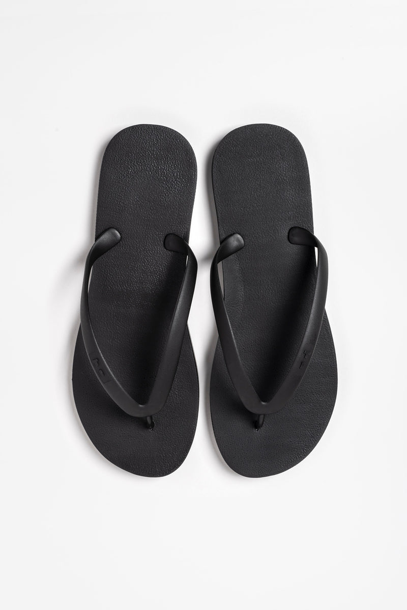 Men's flip flops in black. Made with sustainable materials.