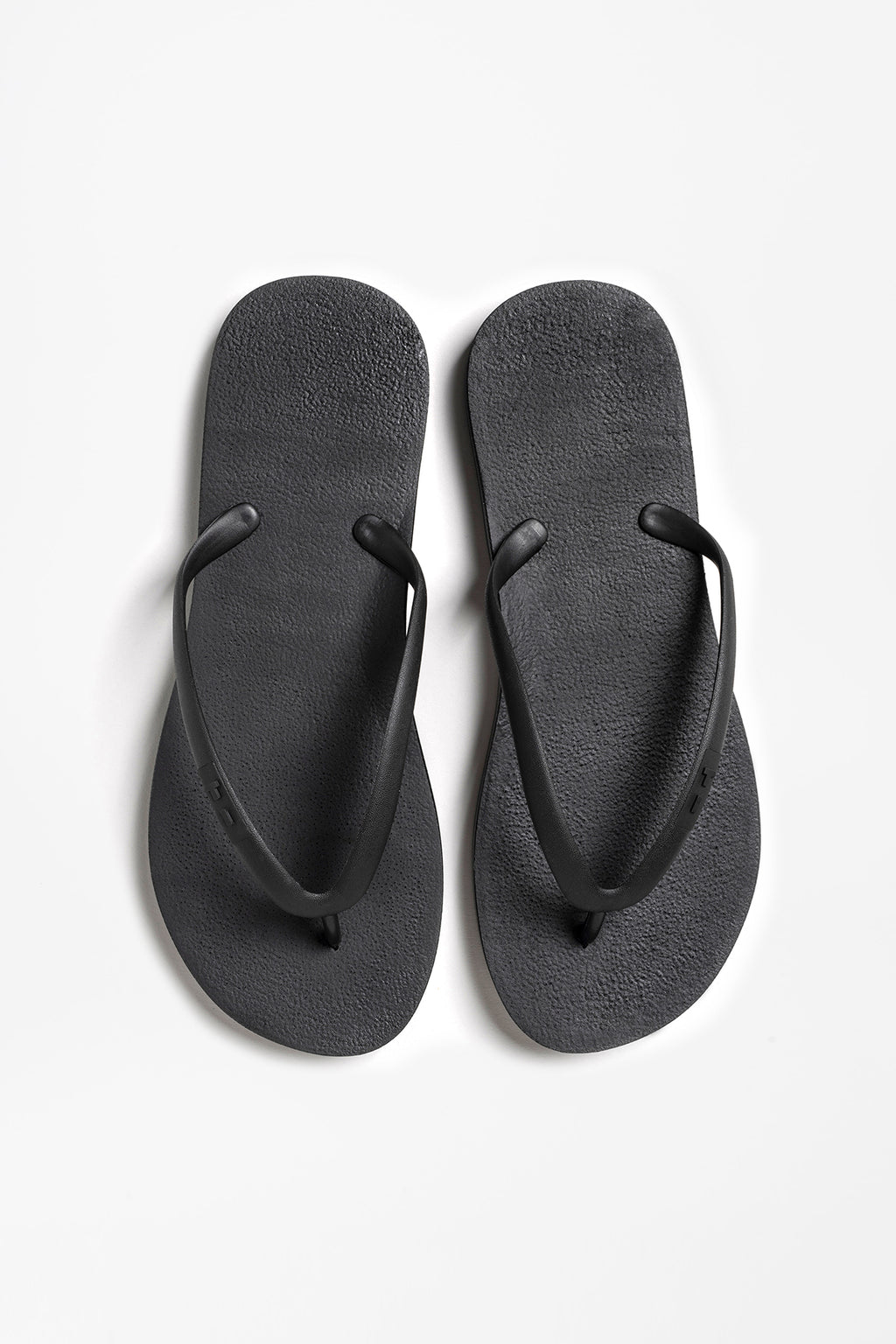 Long lasting black flip flops made with sustainable materials