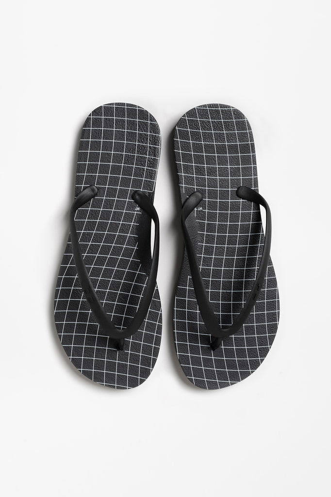 Wavegrid black flip flops for women made with recyclable materials